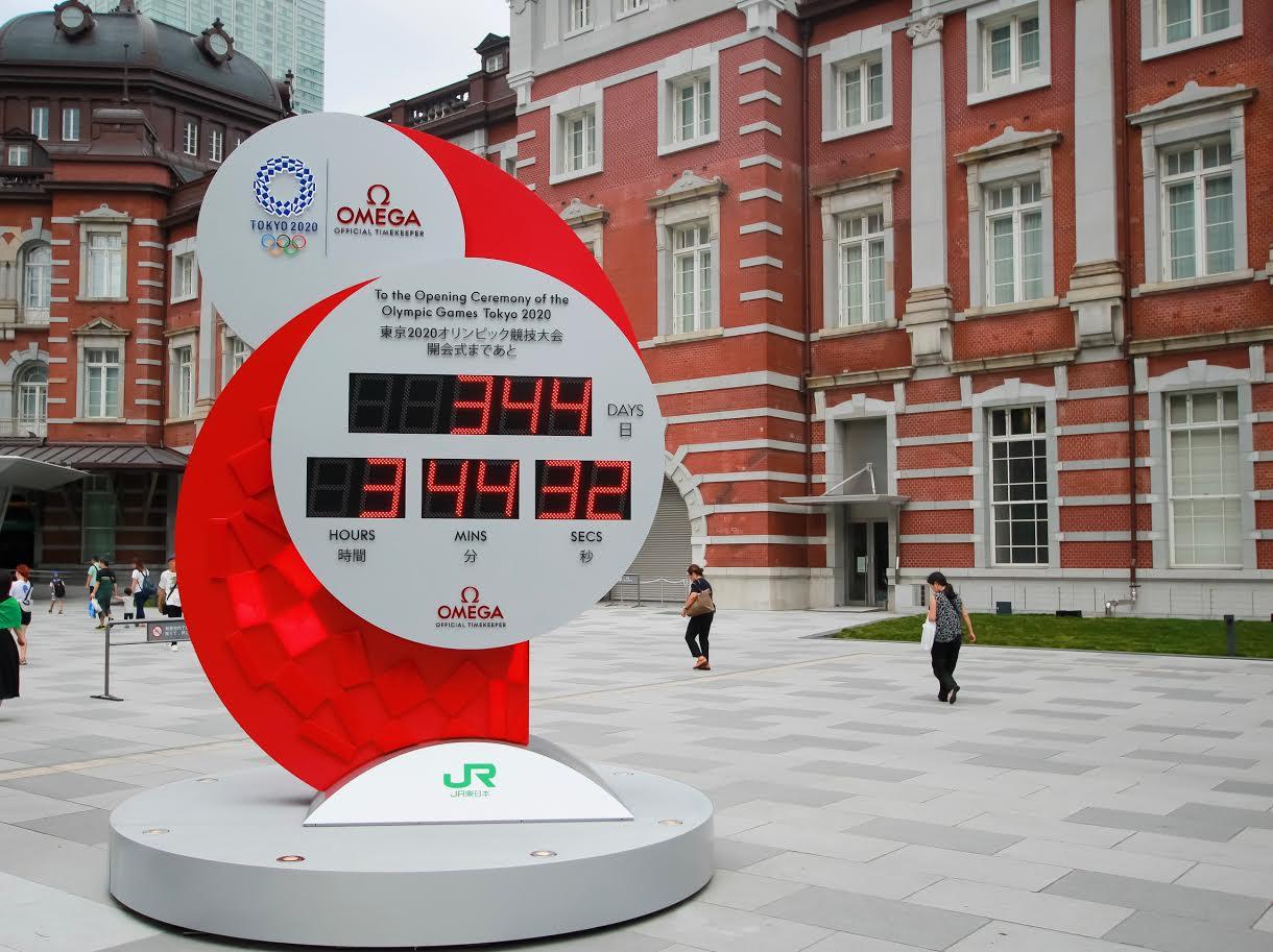 東京駅前のオリンピック・パラリンピック開幕までの残り時間を刻むカウントダウン時計