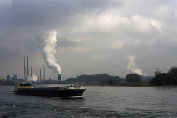 工業地帯沿いに流れるライン川
