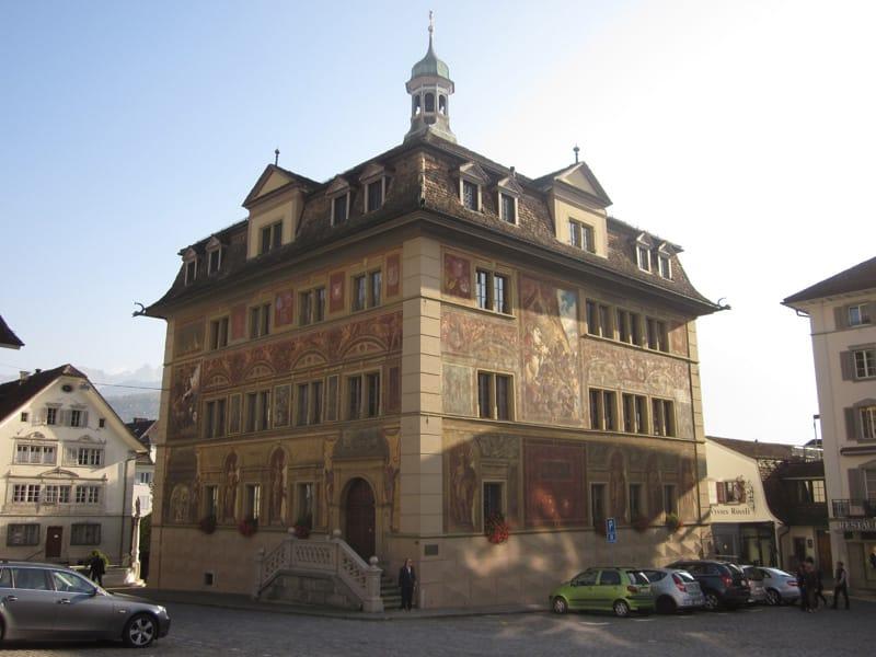シュヴィーツの市庁舎 (壁画は帝国直轄領の通知書受領からハプスブルク家からの独立までの歴史を表しています)
